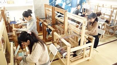 伝統ある本格的な織り機で簡単に織り体験!!機織り