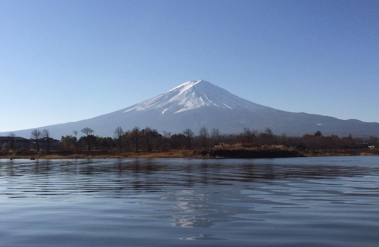 【在日華人応援】日本一の高さを誇る「富士山」!国の天然記念物「忍野八海」&富士五湖ひとつの「河口湖」と日本を代表するショッピングリゾート「御殿場アウトレット」<中国語添乗員が同行>新宿駅西口 8:00発/日本の世界文化遺産である富士山や世界文化遺産の構成資産に登録されている河口湖と忍野八海を周遊