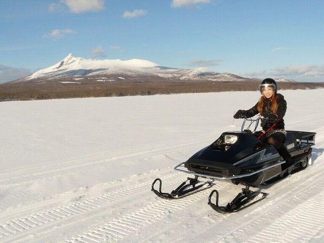 【スノーモービル / 四輪バギー】大沼湖 氷上アクティビティー初めての方・女性の方でも簡単に運転 OK!氷上スノーモービルコース