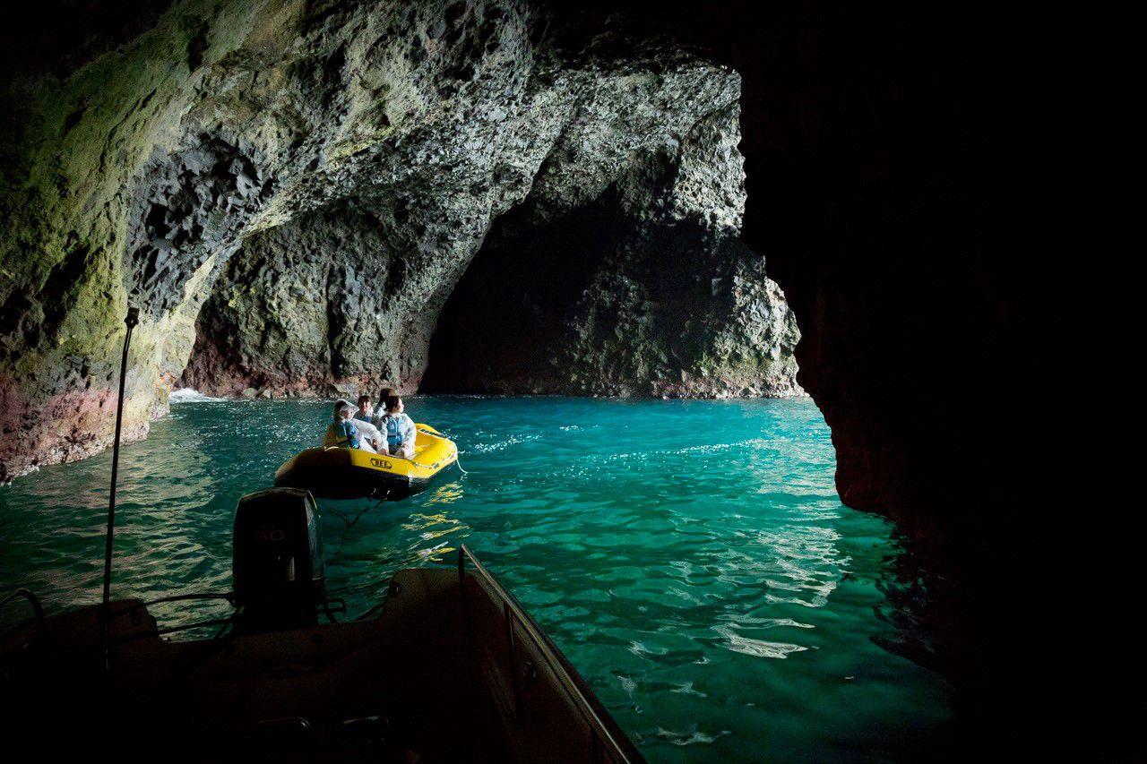 ボートに乗るかラフトに乗るか!?小樽で青の洞窟体験クルージング!【1便 9:00】小樽 青の洞窟探検クルーズ【クルージングボートorラフティングボート】