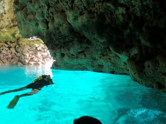 半日ちゅら海満喫シュノーケリング&体験ダイビング、ボートで行く、青の洞窟と熱帯魚の楽園半日ちゅら海満喫シュノーケリング&体験ダイビング、ボートで行く、青の洞窟と熱帯魚の楽園 1便/9:00出航便
