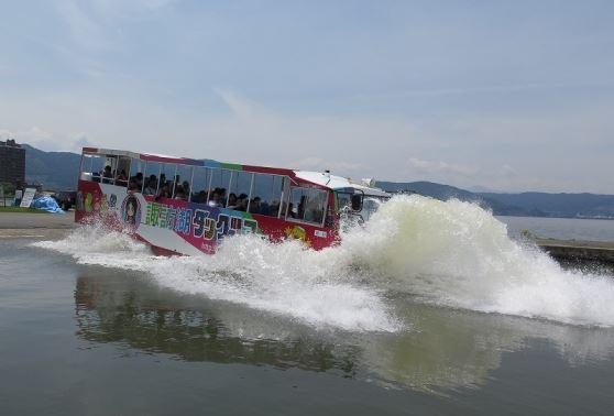 水陸両用観光バスに乗って、信州一大きな湖・諏訪湖をぐるりひとめぐり!諏訪湖ダックツアー諏訪湖ダックツアー1便【SUWAガラスの里発/10:00発】