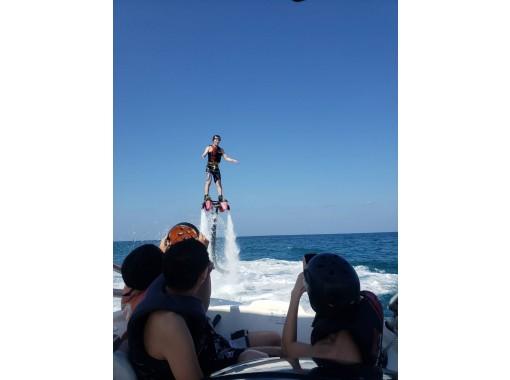【沖縄・宜野湾】専用ボートでフライボード体験手ぶらでウエットスーツレンタルOK那覇から10分専用ボートでフライボード