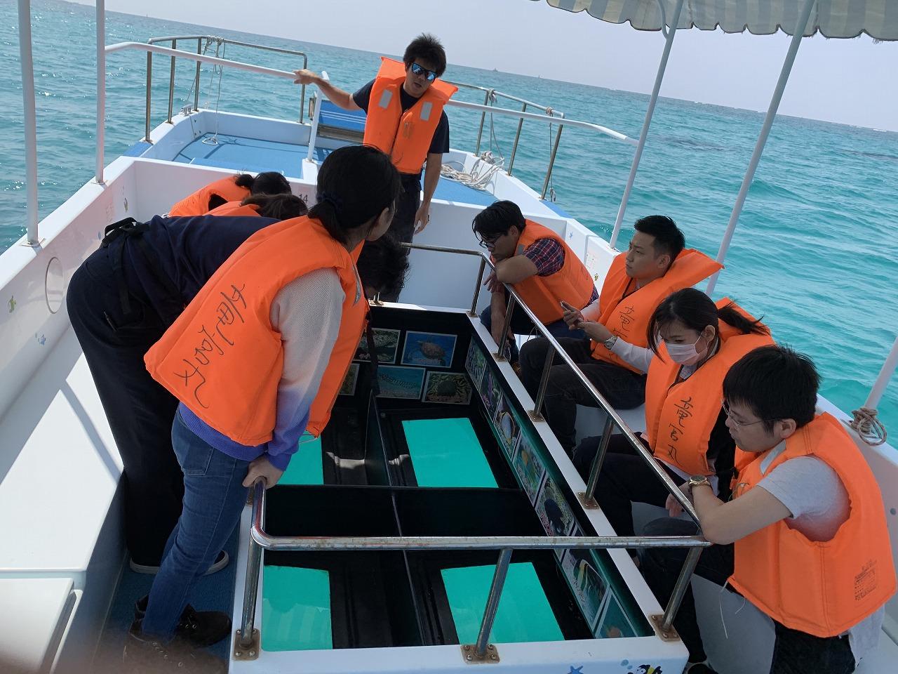 【冬季メニュー】魚のエサ付き!グラスボートで糸満のサンゴを見に行こう!グラスボート