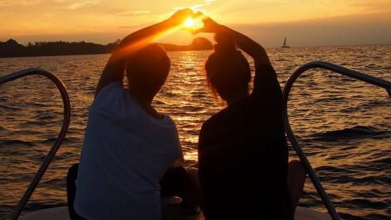 【2名様~・観光タクシー】東シナ海に沈む美しい夕日を見ながらサンセットクルーズ&美浜アメリカンビレッジ♪【恩納村★約日没1時間半前発★3歳以上】ナイトツアー☆サンセットクルーズと美浜アメリカンビレッジ