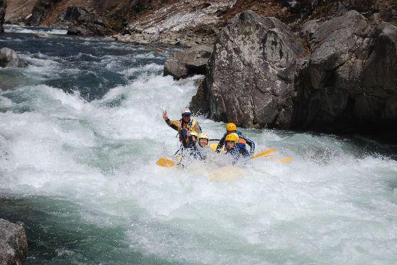 【世界公認ガイドが同行】日本有数の激流を体験!水上半日ラフティング