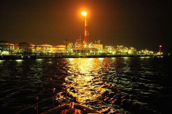 [30名・60名・120定員の船を貸切]☆ジャングルのようにそびえ立つ京浜運河の工場群の夜景をクルーザーで鑑賞する夜間限定クルーズプラン☆~第1回かながわ観光大賞受賞~