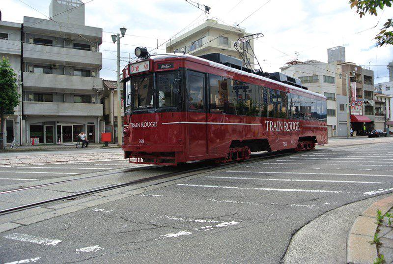 路面電車「トランルージュ」と広島ベイクルーズ「銀河」ランチフレンチコース