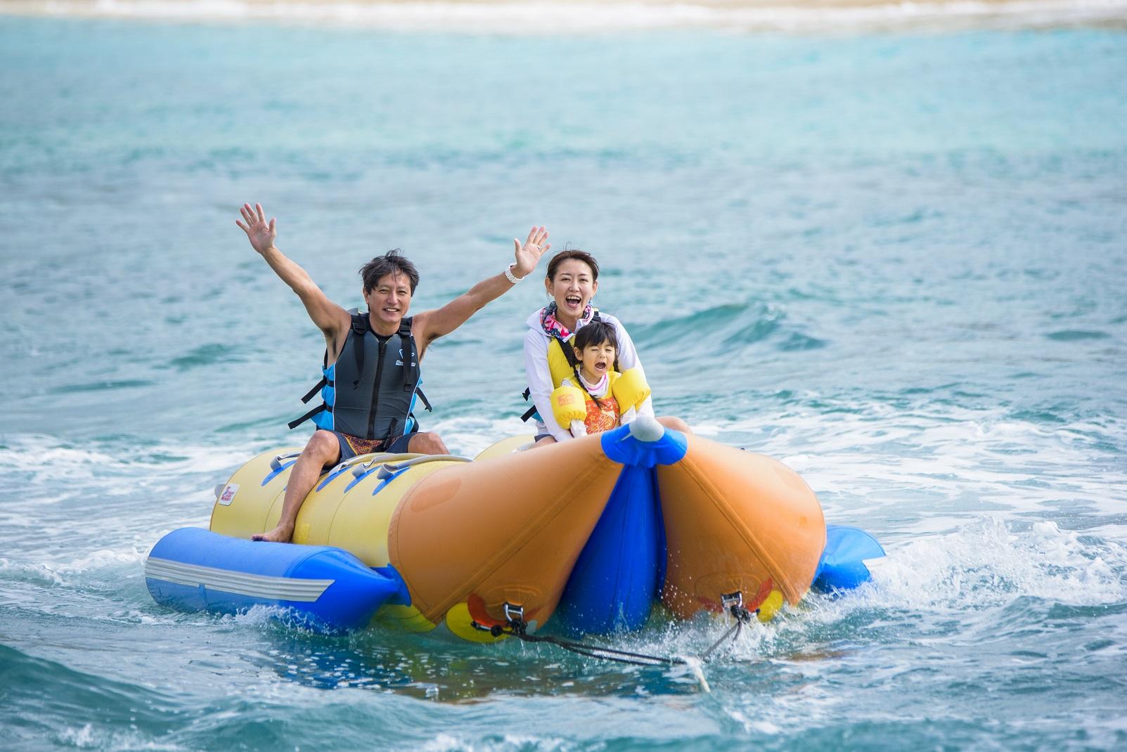 万座毛を海から眺めるバナナボート(所要時間:約15分)