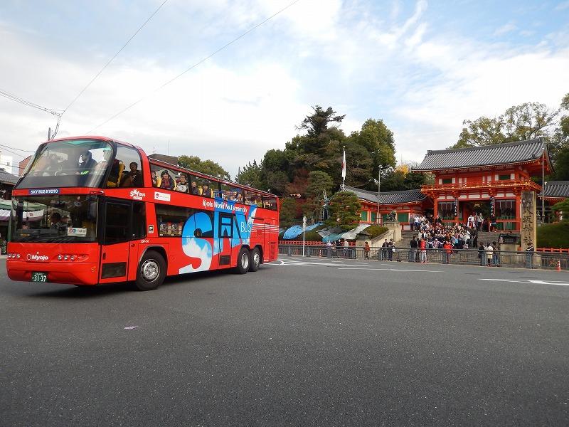 2階建てオープントップバスで乗降自由に京都観光