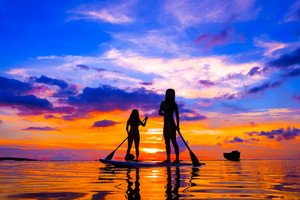 サンセットSUP・夕日を浴びて海岸線をクルージング