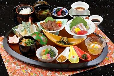 小さな小鉢がたくさん並び、見た目にも楽しい「淀御膳」イメージ