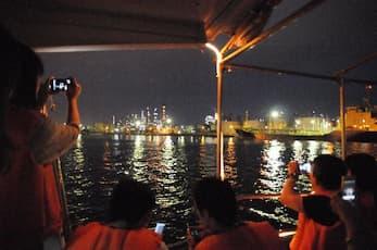 交通船で行く 工場夜景探検ツアー